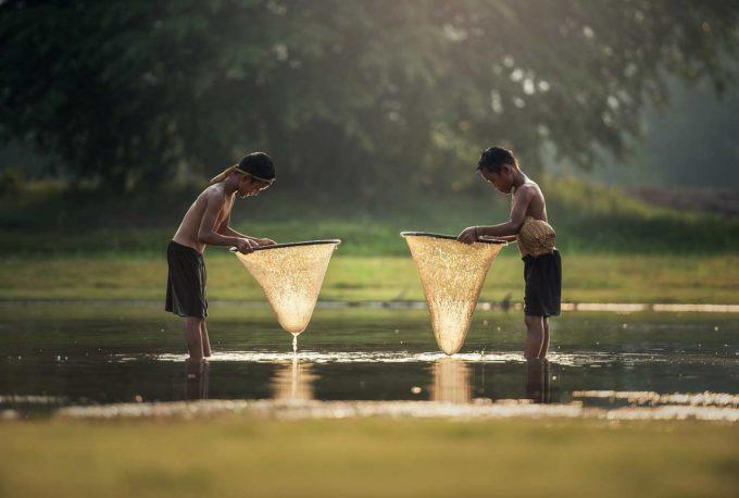 dzieci w rzece