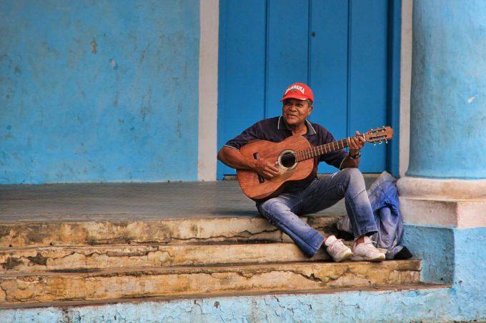 muzyk gra na gitarze