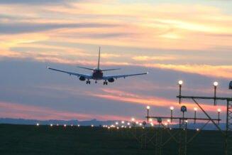 Opóźnione loty - zmora podróżnych. Poznaj prawa pasażerów opóźnionych lotów