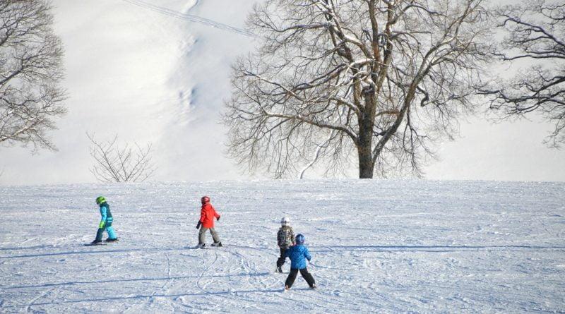 dzieci bawiące się na śniegu