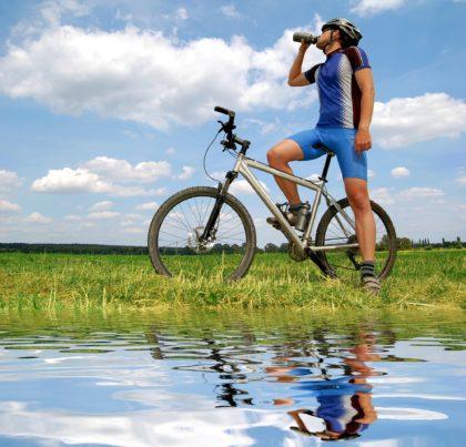 Nawadnianie organizmu podczas podróży rowerowych – najważniejsze zasady