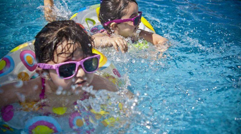 dzieci w basenie