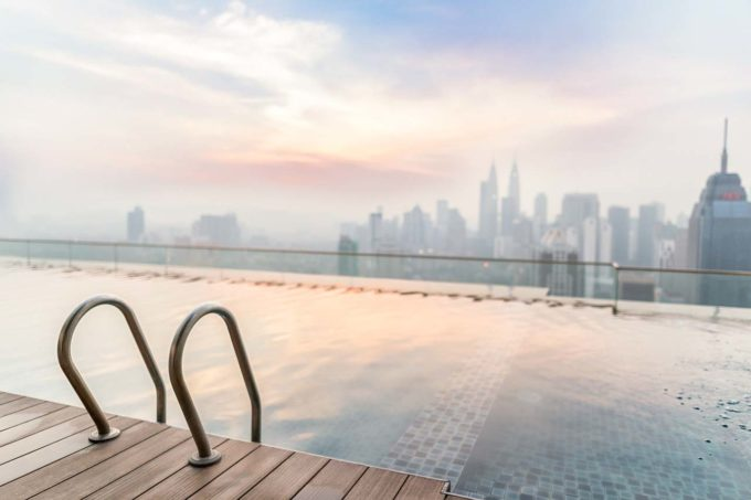 widok z basenu na dachu