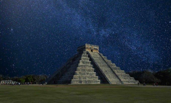 Chichen Itza w nocy