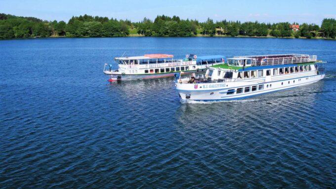 Statek Gałczyński i statek Kazimierz na jeziorze Tałty