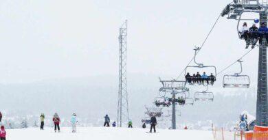 Góry i zjazd na nartach