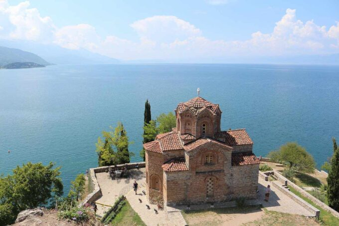 kościół z widokiem na morze