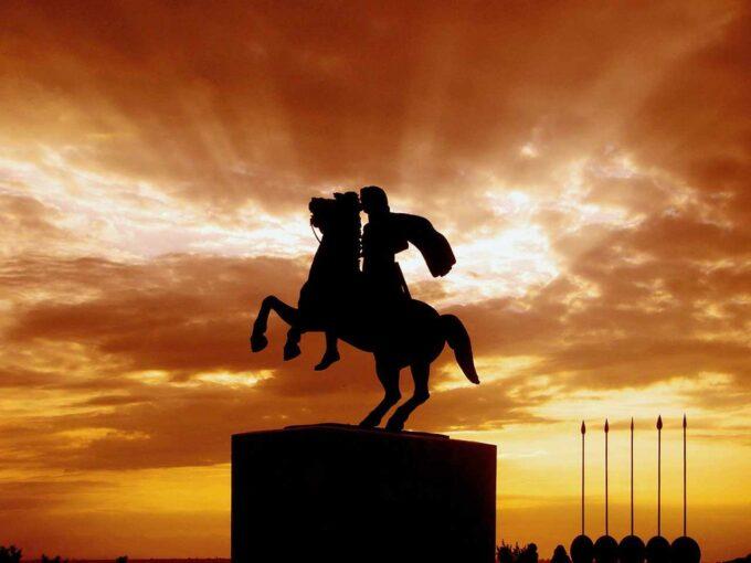 pomnik Aleksandra Wielkiego o zachodzie słońca