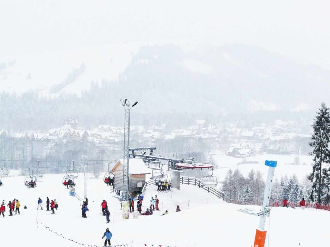 wyciąg narciarski i maszt telekomunikacyjny
