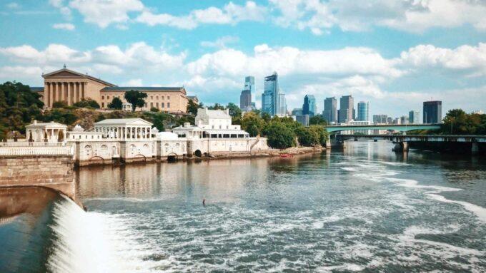 rzeka Schuylkill z Muzeum Sztuki Filadelfijskiej w tle