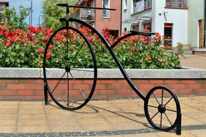 rzeźba przedstawiająca rower