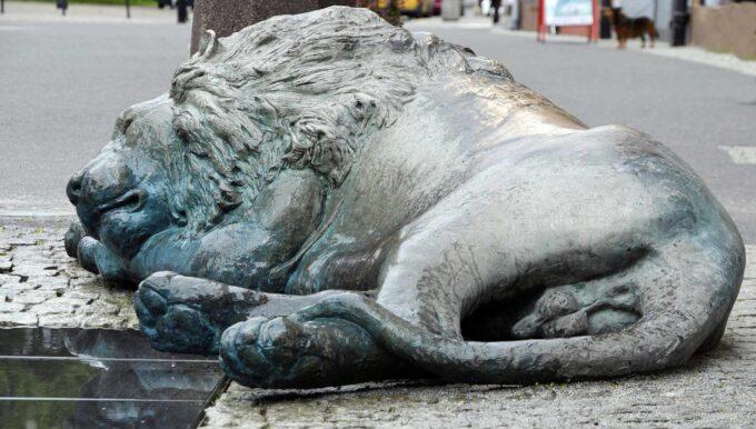 posąg śpiącego lwa