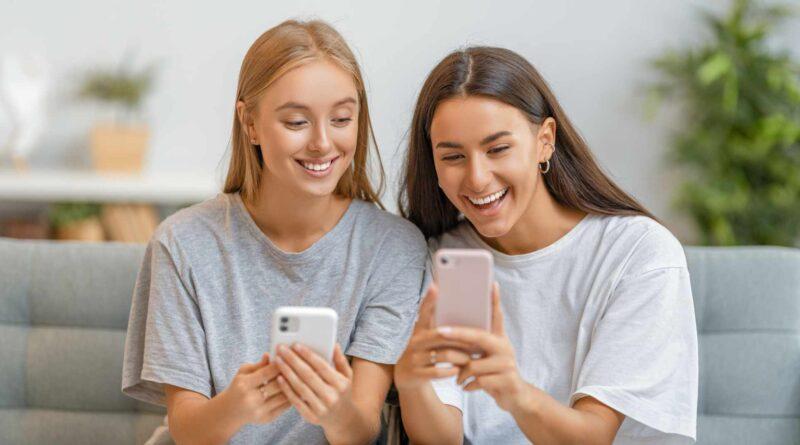 kobiety korzystające z telefonu