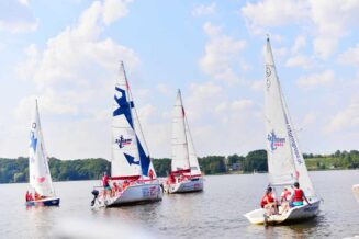 Obozy żeglarskie dla młodzieży na Mazurach - Niezapomniana przygoda i nauka żeglowania